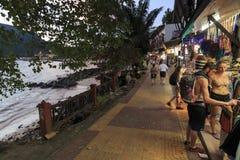 走在酸值发埃发埃唐海岛主路的游人在Krabi,泰国 免版税图库摄影