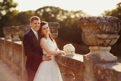 走在金黄秋天自然的新娘 库存图片