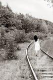 走在铁路的女孩 步行向妙境,黑白 免版税库存图片