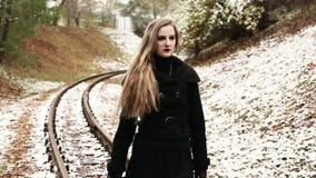 走在铁路轨道的妇女 股票录像