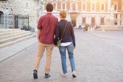 走在镇街道的年轻夫妇 免版税库存图片