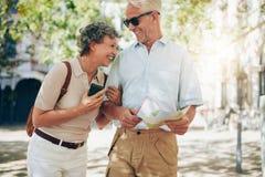 走在镇附近的退休的夫妇 免版税库存照片