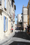 走在阿尔勒狭窄的街道的游人  免版税库存照片