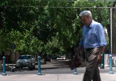 走在阿根廷街道的老人 免版税库存照片