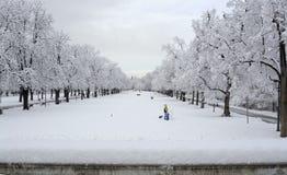 走在降雪期间的人们在公园在索非亚,保加利亚, 2014年12月29日 图库摄影