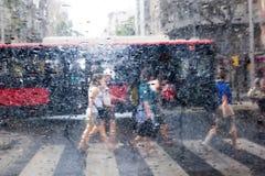 走在雨中的人们在城市 库存图片