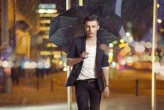 走在雨中的模型的艺术照片 库存图片