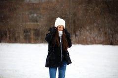 走在雪下的美丽的确信的嫉妒少年,当下雪时 库存照片