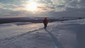 走在雪山的背包徒步旅行者在冬天 有迁徙在山的背包的人 高涨魔术其它短小冬天木头 影视素材