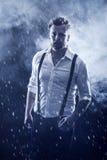 走在雪的人 免版税库存照片