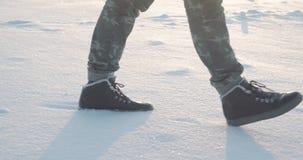 走在雪的脚 脚步徒步旅行者 户外消遣冬天活动 影视素材