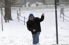 走在雪风暴期间的人 免版税库存照片