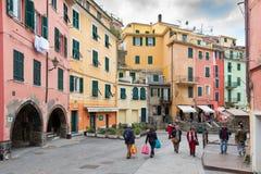走在韦尔纳扎镇中央街道的人们在五乡地国家公园,利古里亚,意大利 库存图片