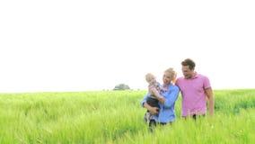 走在领域的家庭运载年轻小儿子 股票视频
