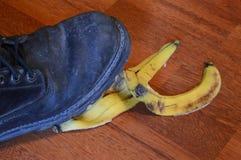 走在香蕉果皮 免版税库存照片