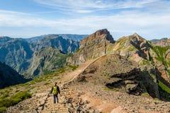 走在马德拉岛海岛山的旅游妇女  库存图片