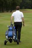 走在高尔夫球法院的高尔夫球运动员 免版税库存照片
