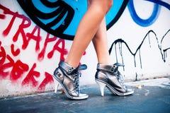 走在高跟鞋运动鞋 免版税库存照片