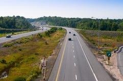 走在高速公路旁边的年轻人 库存照片