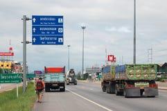 走在高速公路的背包徒步旅行者在泰国 库存照片