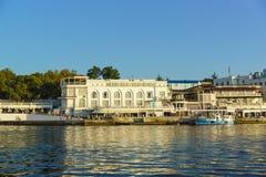 走在黑海市的散步的游人 免版税图库摄影