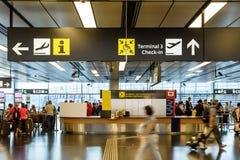 走在维也纳国际机场里面终端的人们  免版税库存图片