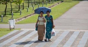 走在仰光,缅甸的妇女 库存图片