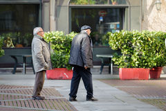 走在贝加莫镇,意大利街道的两个前辈  库存照片