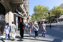 走在巴塞罗那街道的人们 免版税库存照片