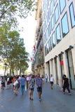 走在巴塞罗那街道的人们 免版税图库摄影