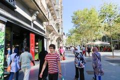 走在巴塞罗那街道的人们 库存图片