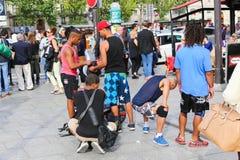走在巴塞罗那街道的人们 库存照片