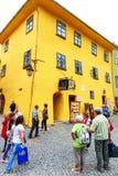 走在2014年7月17日的古镇Sighisoara的未认出的游人 免版税库存图片