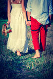 走在晴朗的公园的爱恋的夫妇 免版税图库摄影