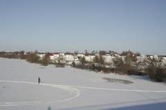 走在冻河的滑雪 免版税库存照片