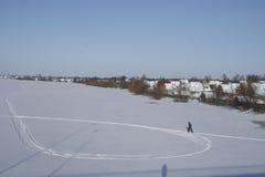 走在冻河的滑雪 库存图片