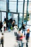 走在购物中心,行动迷离的人 免版税库存照片