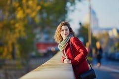 走在巴黎的女孩在一晴朗的秋天天 免版税库存图片