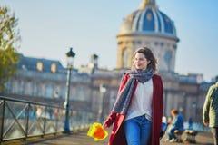走在巴黎的女孩在一晴朗的秋天天 免版税库存照片