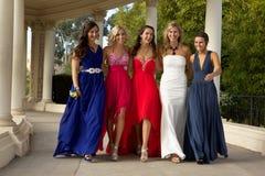 走在他们的正式舞会的一个小组十几岁的女孩穿戴 库存照片