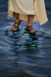 走在水的耶稣的脚 免版税库存照片