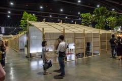 走在建筑师商展` 17的人们 图库摄影