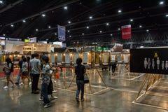 走在建筑师商展` 17的人们 库存图片