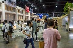 走在建筑师商展` 17的人们 免版税库存照片