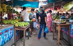 走在主要市场上的人们在Kep,柬埔寨 免版税库存照片