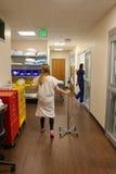 走在医院走廊的患者的图象 库存照片
