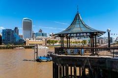 走在从thamse河南河岸的伦敦桥码头  图库摄影