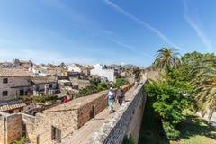 走在AlcudiaÂ的中世纪墙壁上的人们 免版税库存照片