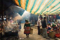 走在Bac Ha的胡同的花Hmong妇女 免版税库存图片