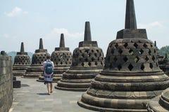走在borobudur寺庙顶部的远足者在中爪哇省,  图库摄影